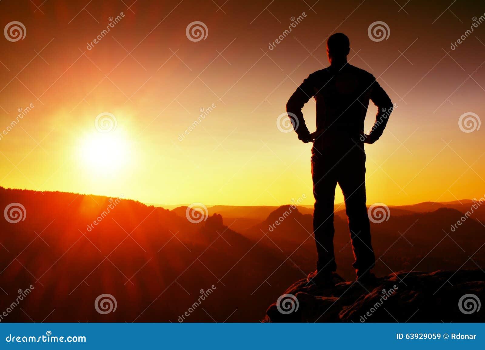 Silhouet van de Jonge Zekere en Krachtige Mens die zich met Handen op Heupen, Ochtend of Recente Dagzon bevinden met Exemplaarrui