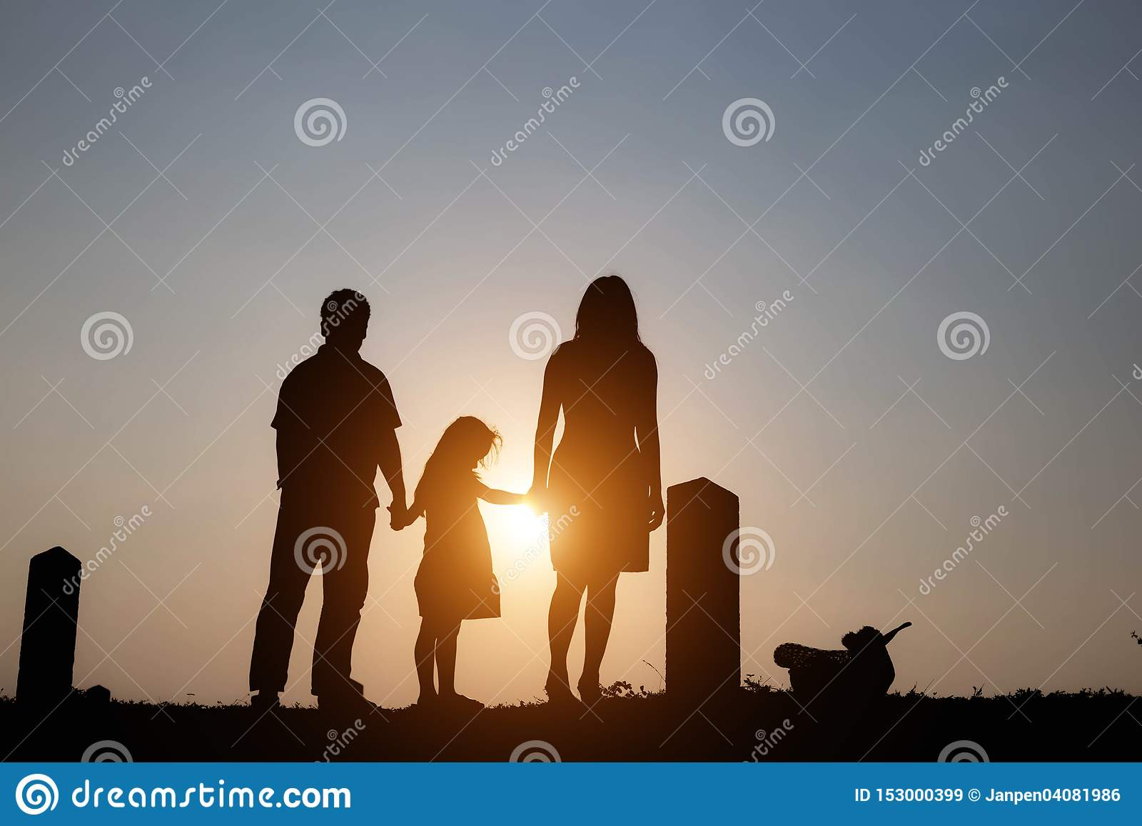 Silhouet van een familie bestaand uit een vader, een moeder en twee kinderen een gelukkige familie de zonsondergang Concept vrien