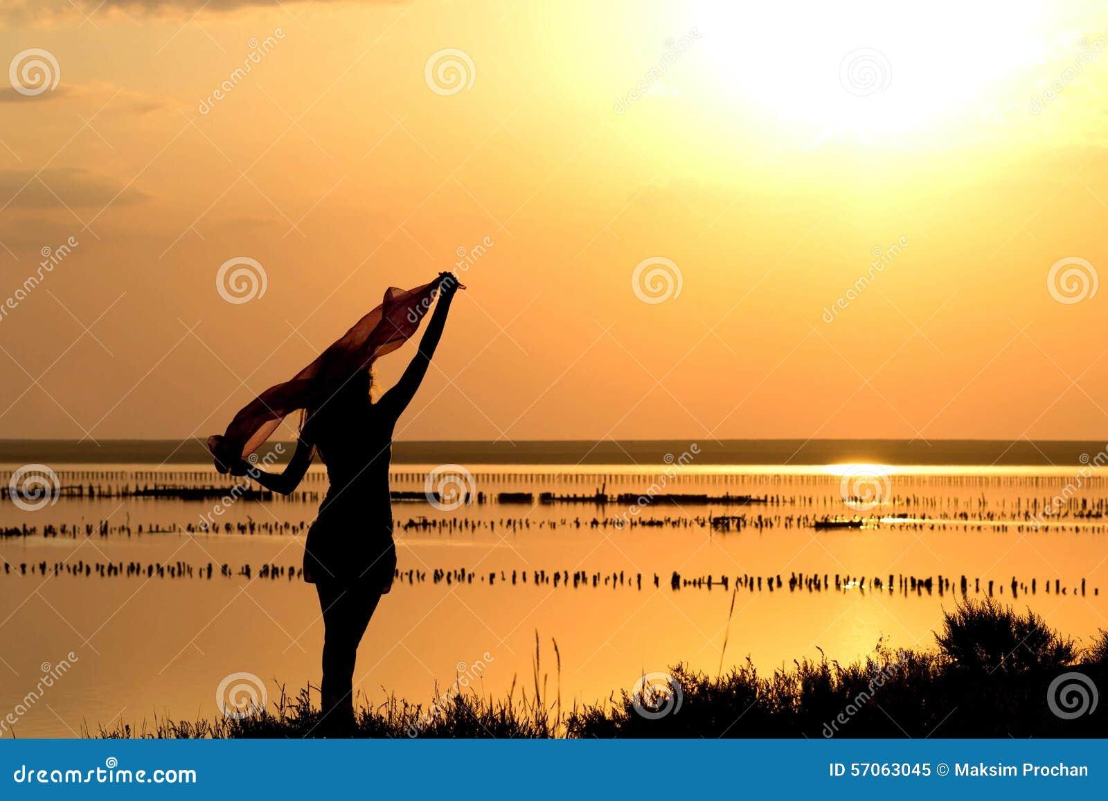 Silhouet van een jong meisje met een sjaal