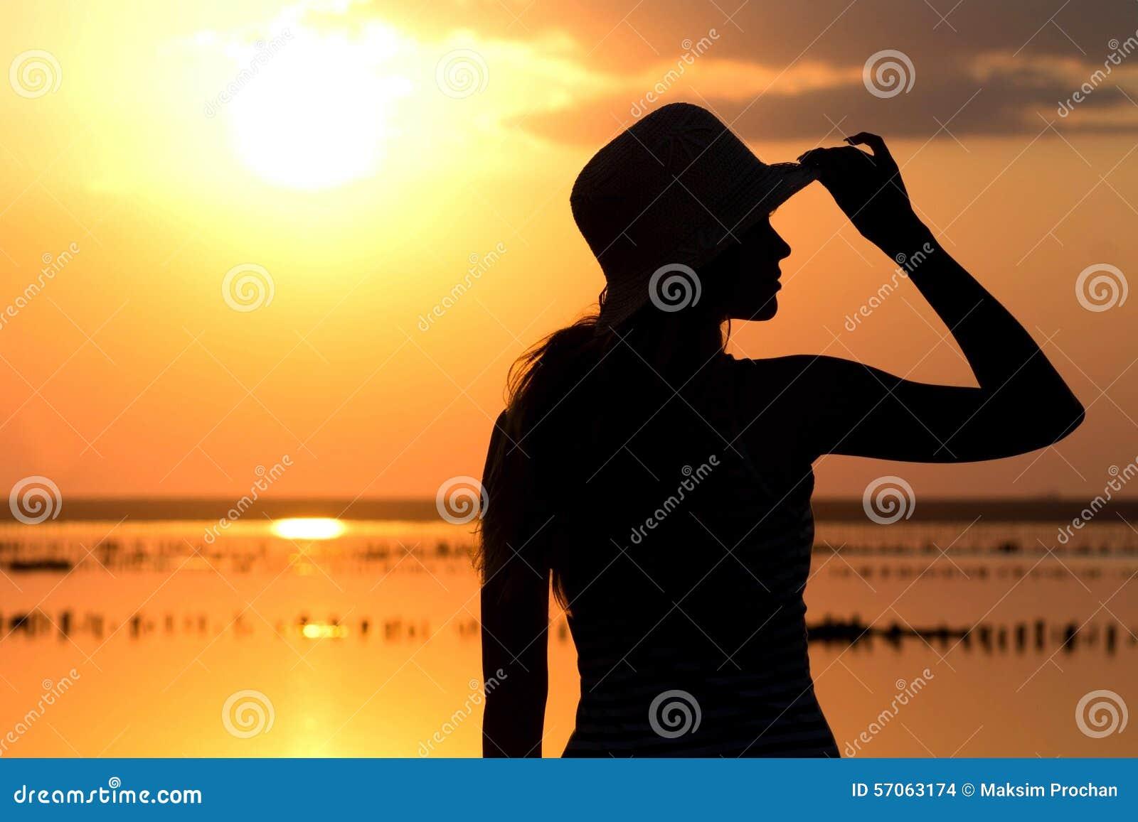 Silhouet van een jong meisje op de achtergrond van het overzees