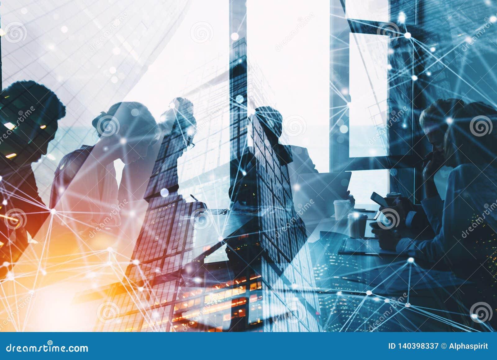 Silhouet van het bedrijfsmensenwerk samen in bureau Concept groepswerk en vennootschap dubbele blootstelling met netwerk