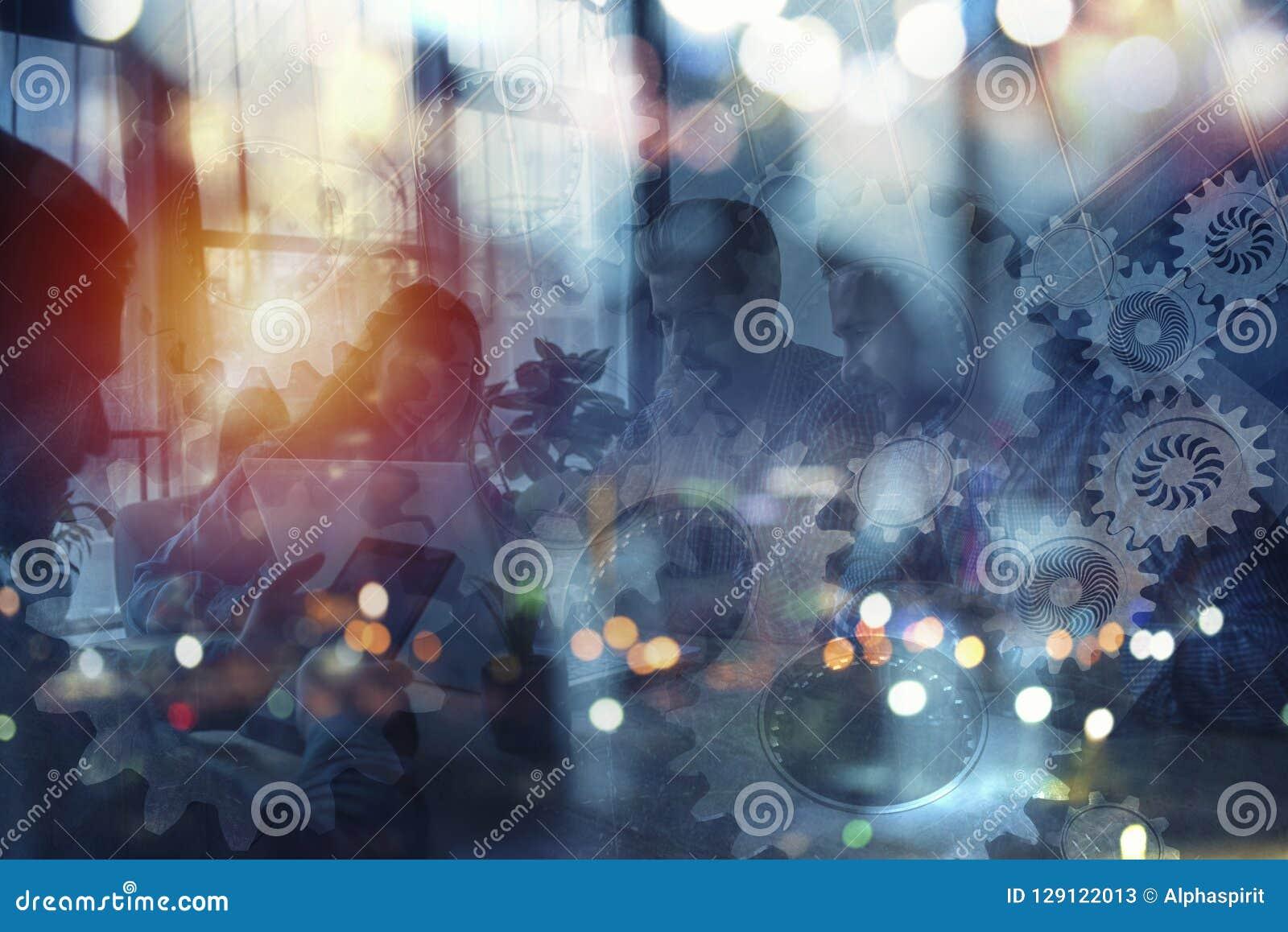 Silhouet van het bedrijfsmensenwerk samen in bureau Concept groepswerk en vennootschap dubbele blootstelling met toestellen