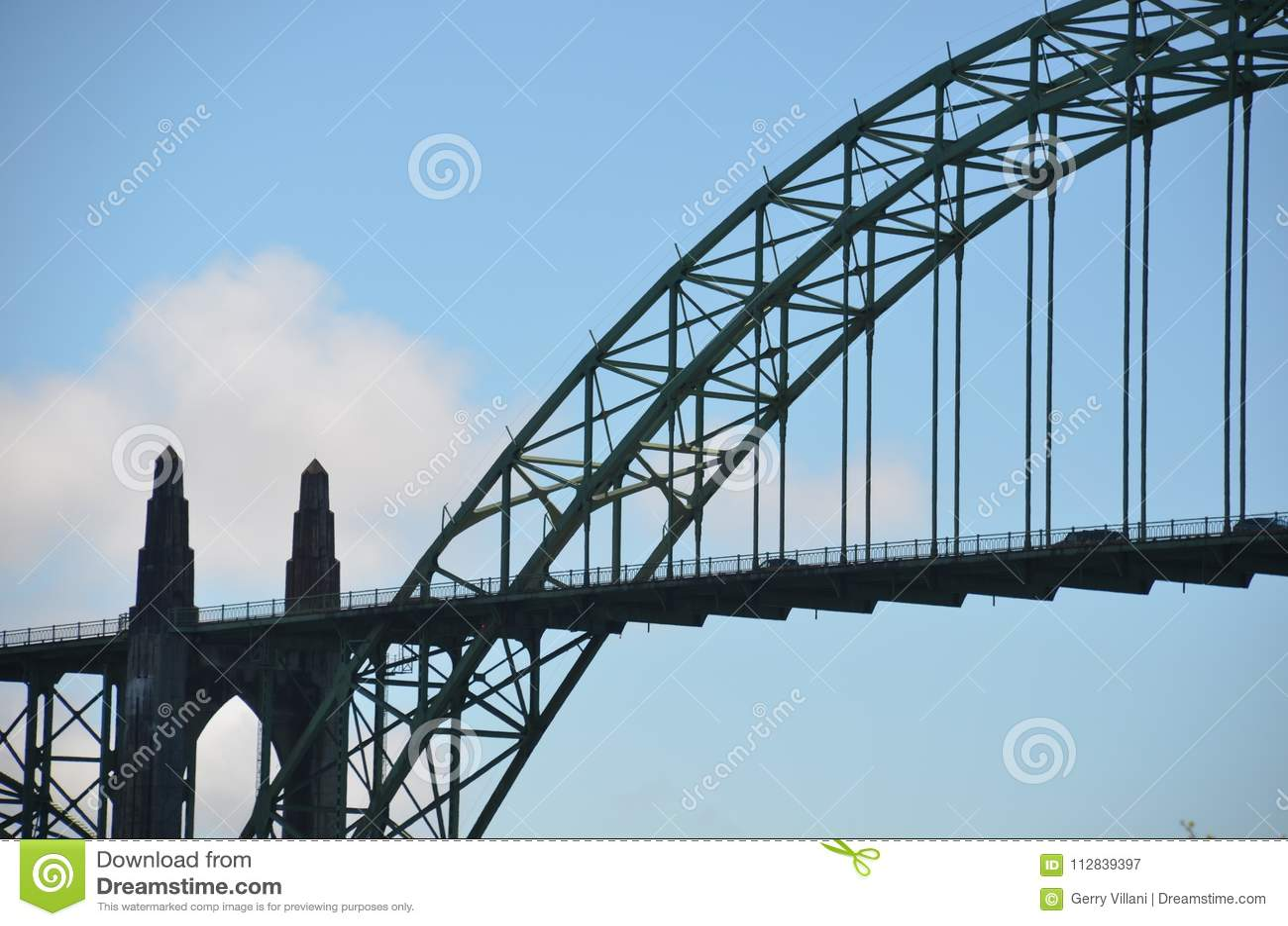 Silhouet van Historische Yaquina-Baaibrug in Nieuwpoort, Oregon