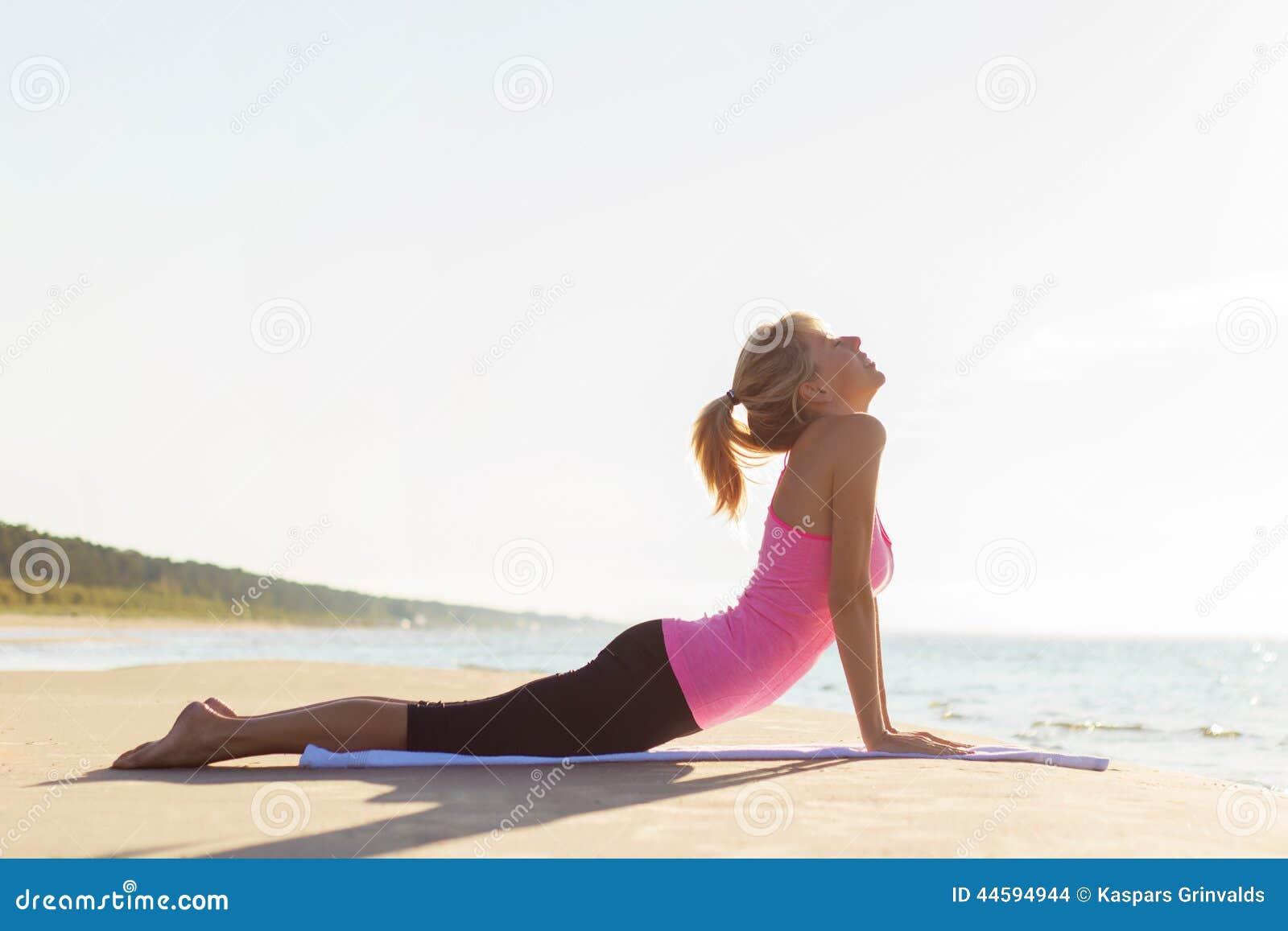 Silhouet van jonge gezonde en geschikte vrouw het praktizeren yoga
