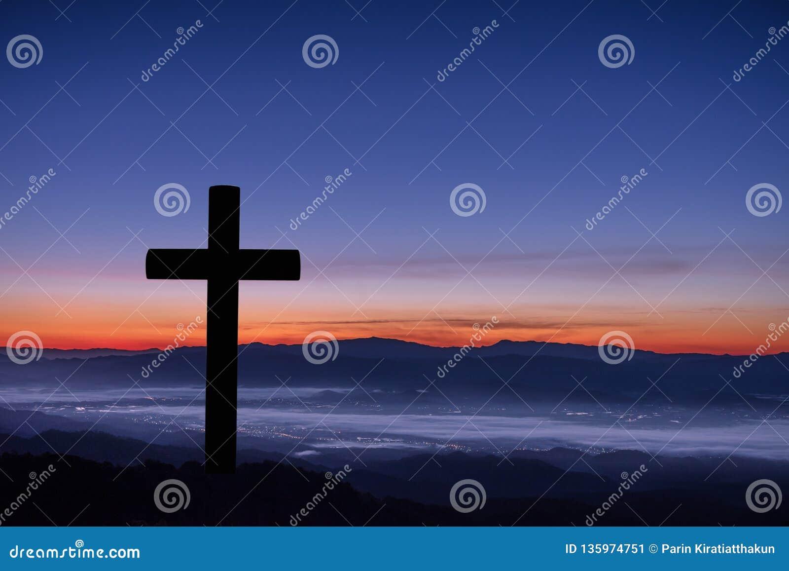 Silhouet van kruis op bergzonsopgang