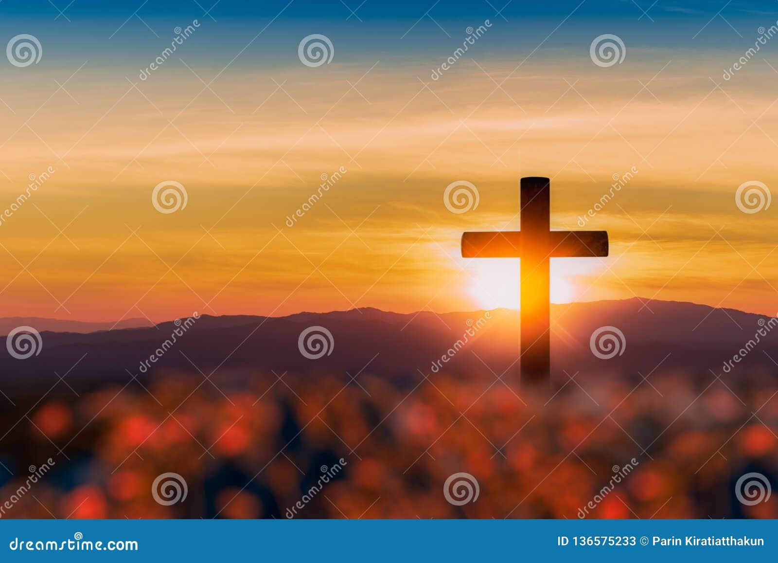 Silhouet van kruis op de achtergrond van de bergzonsondergang
