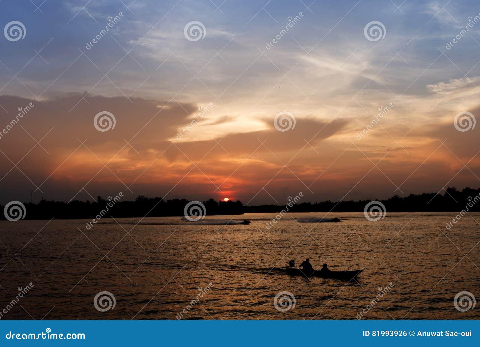 Silhouet van lange staartboot