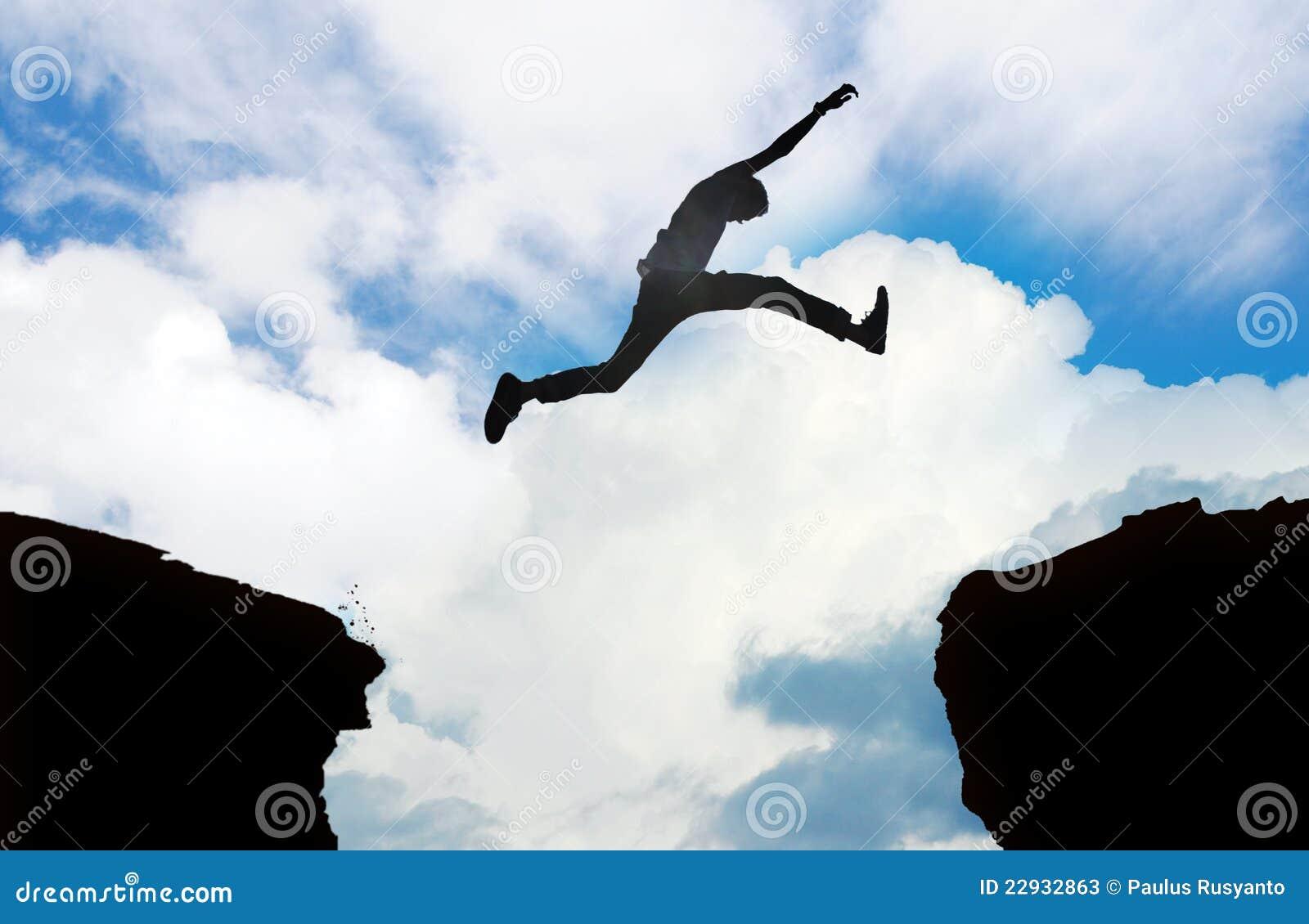Silhouet van mens het springen