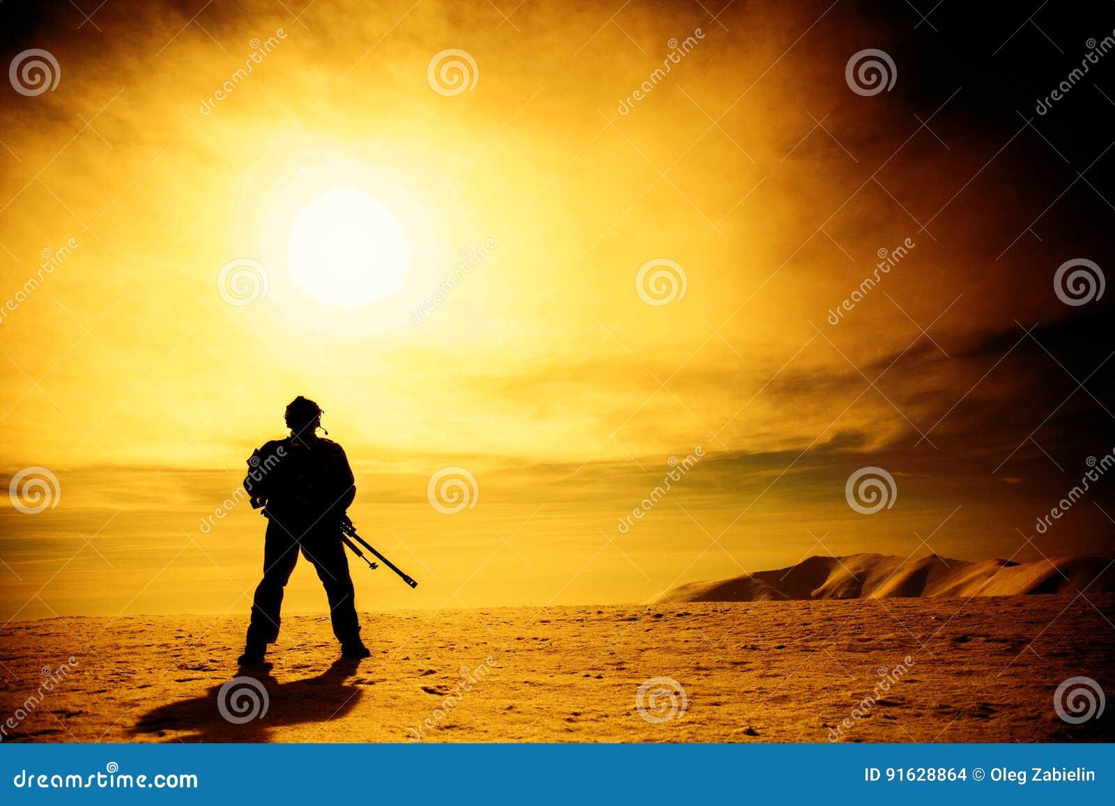 Silhouet van militair met sluipschuttergeweer
