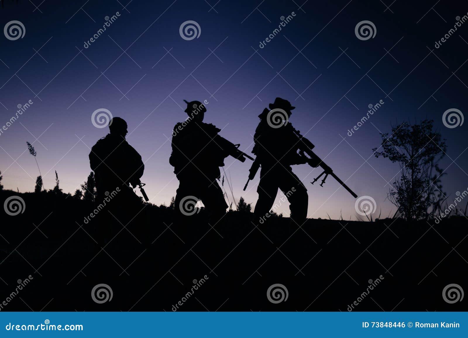 Silhouet van militaire militairen met wapens bij nacht schot, HOL