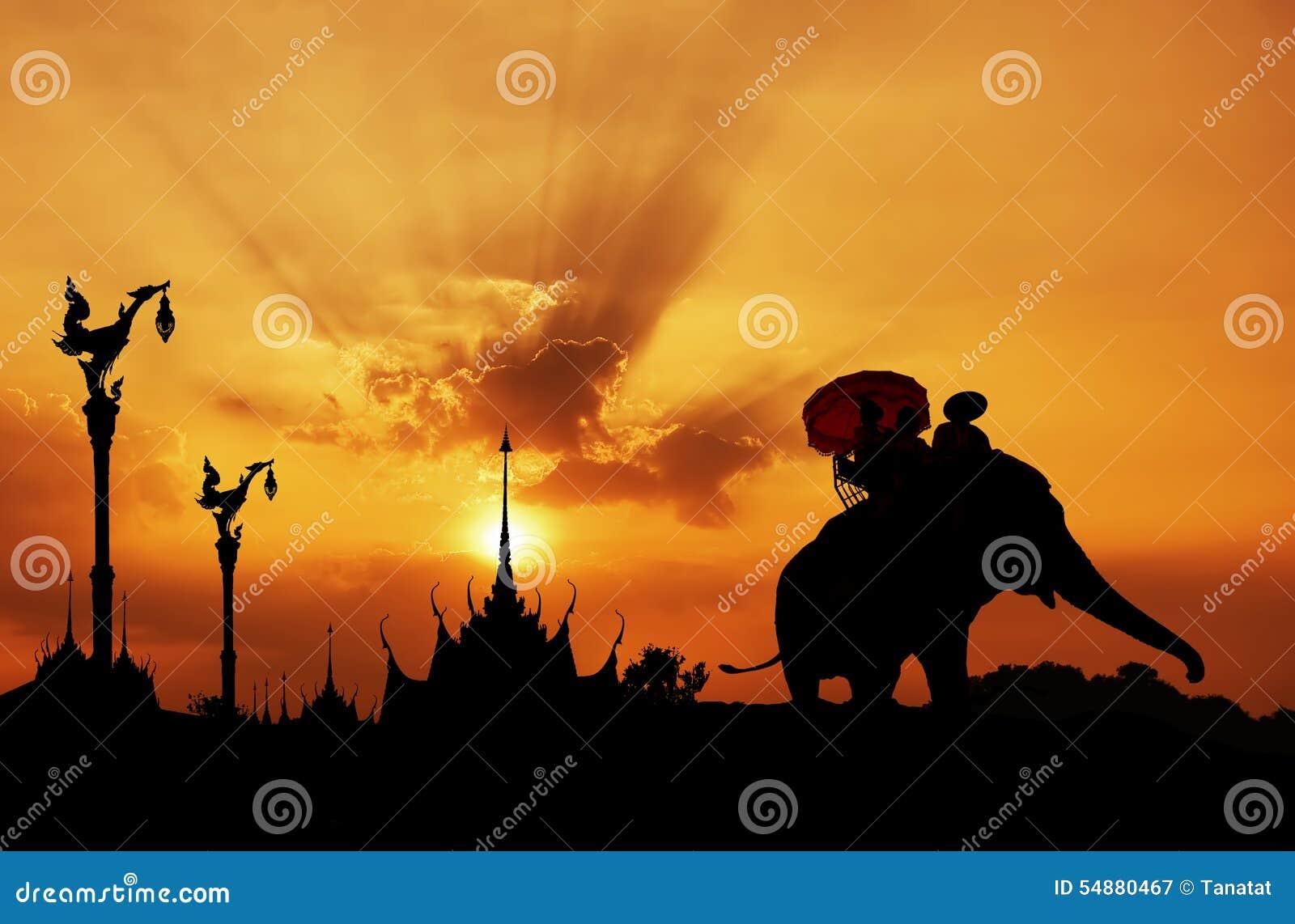 Silhouet van Olifant met Tempel