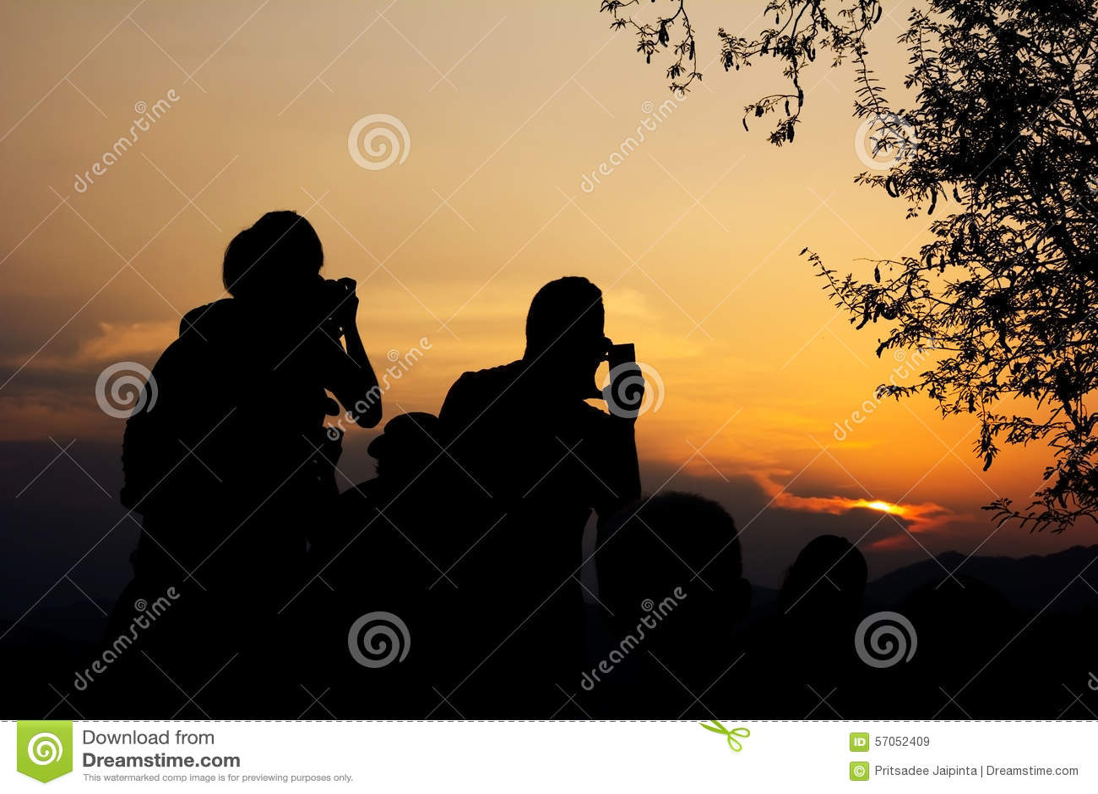 Silhouet van reizigers met camera tijdens zonsondergang