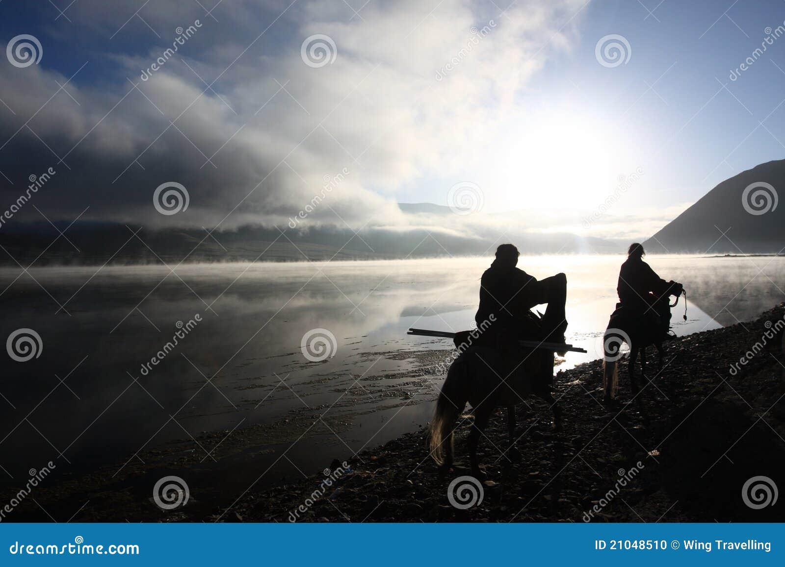 Silhouet van Tibetan ruiters