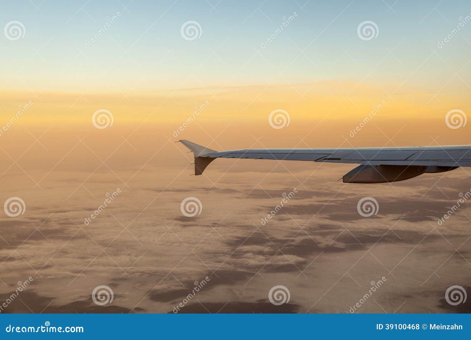 Silhouet van vliegtuigvleugel in de lucht