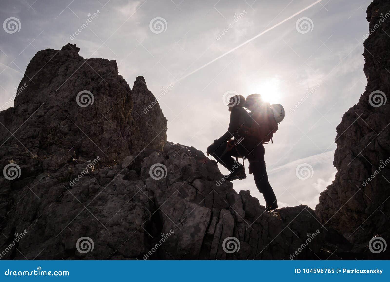 Silhouet van vrouwenklimmer en bergbeklimmer