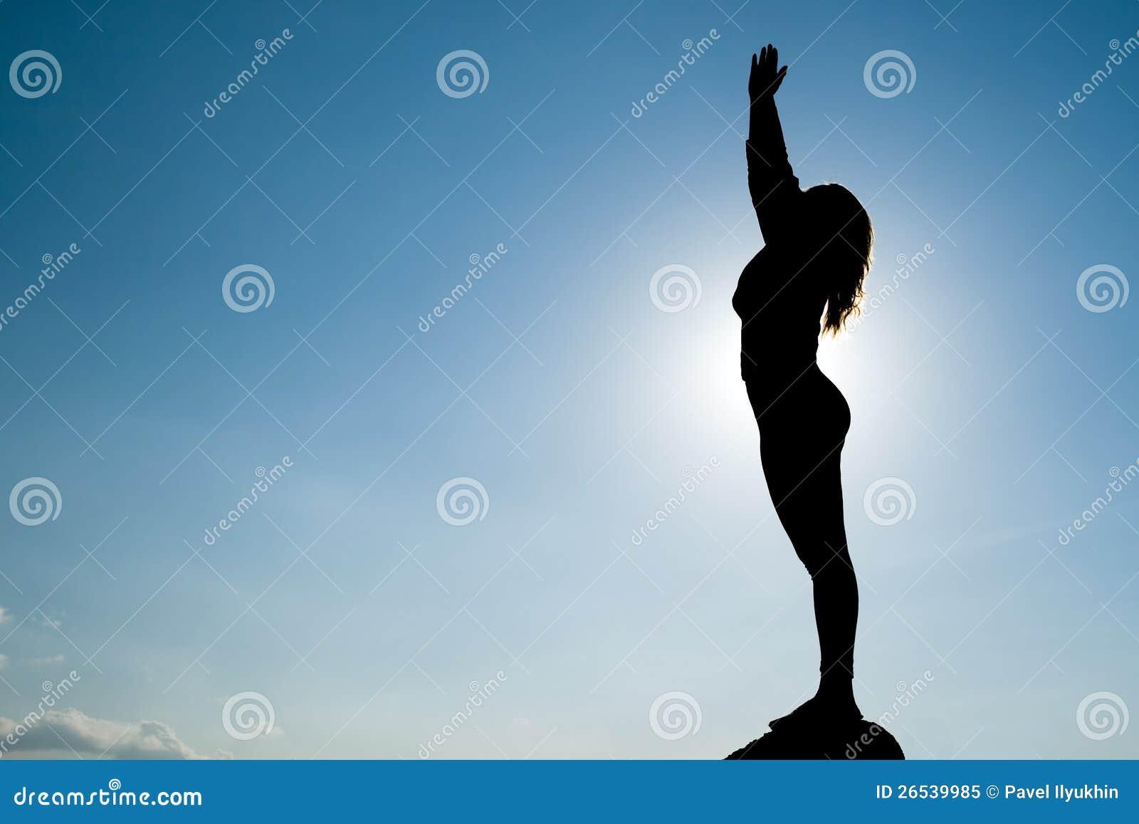 Silhouet van Yoga bij top