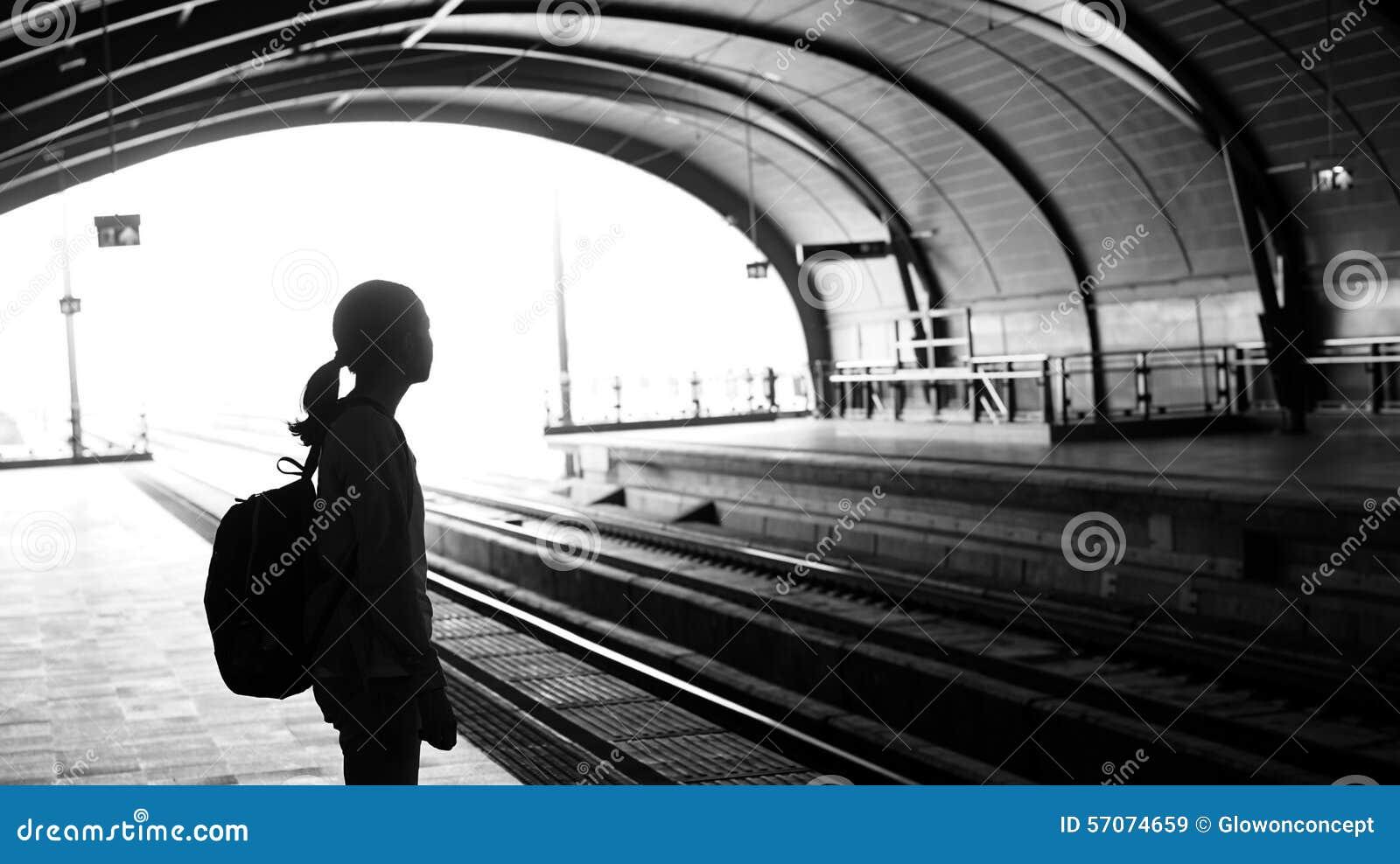 Silhouet voor toeristenmeisje die backpacker op trein bij wachten