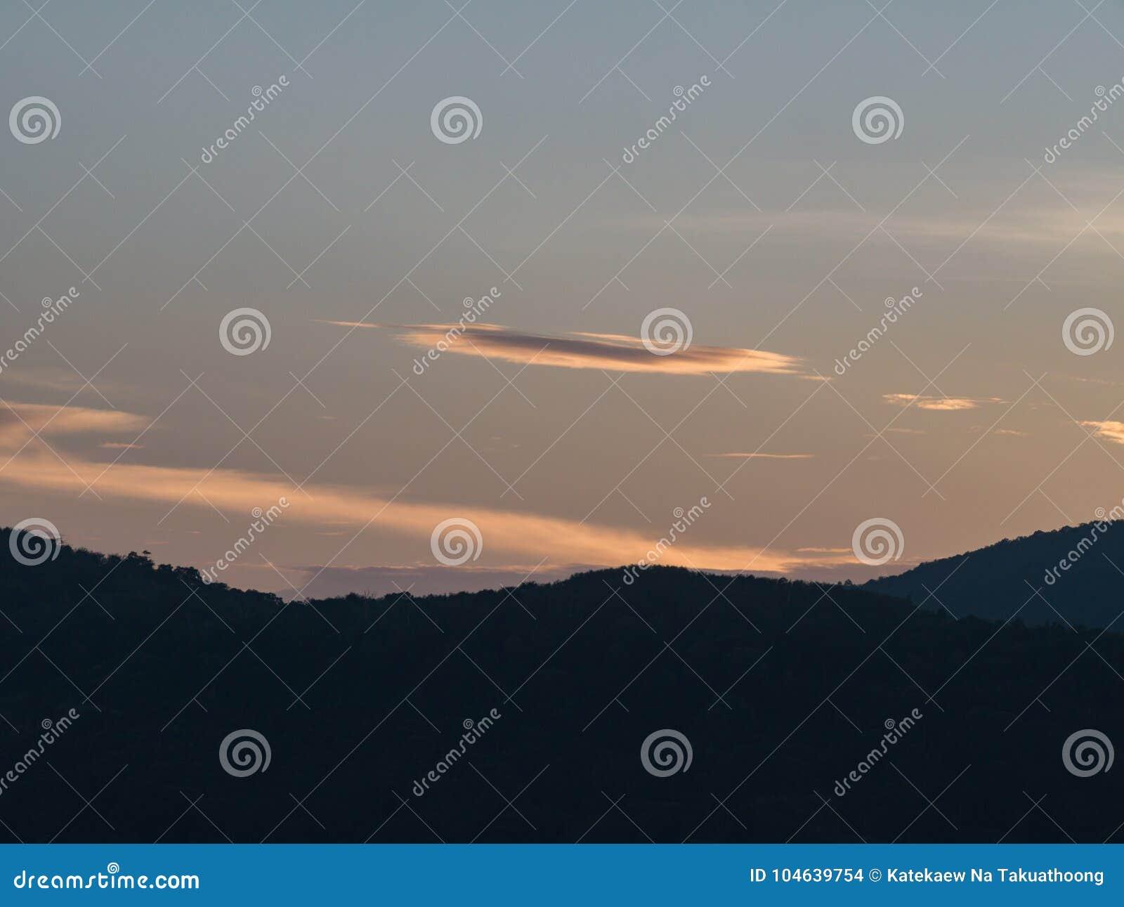 Download Silhouetberg In Schemeringtijd Stock Foto - Afbeelding bestaande uit achtergrond, wolk: 104639754