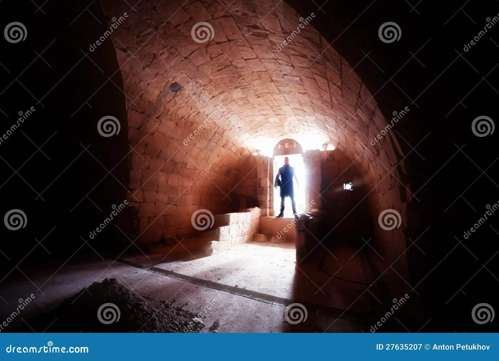 Silhouette av mannen i crypt