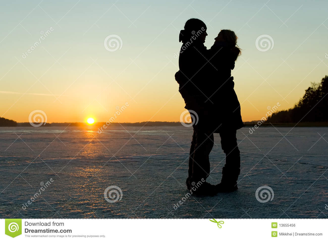 Royalty Free Stock Image  Silhouette of a couple hugging on iceCouple Silhouette Hugging
