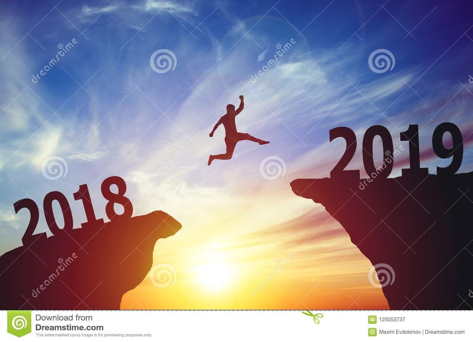 Silhouette d homme d affaires sautant à partir de 2017 à 2018