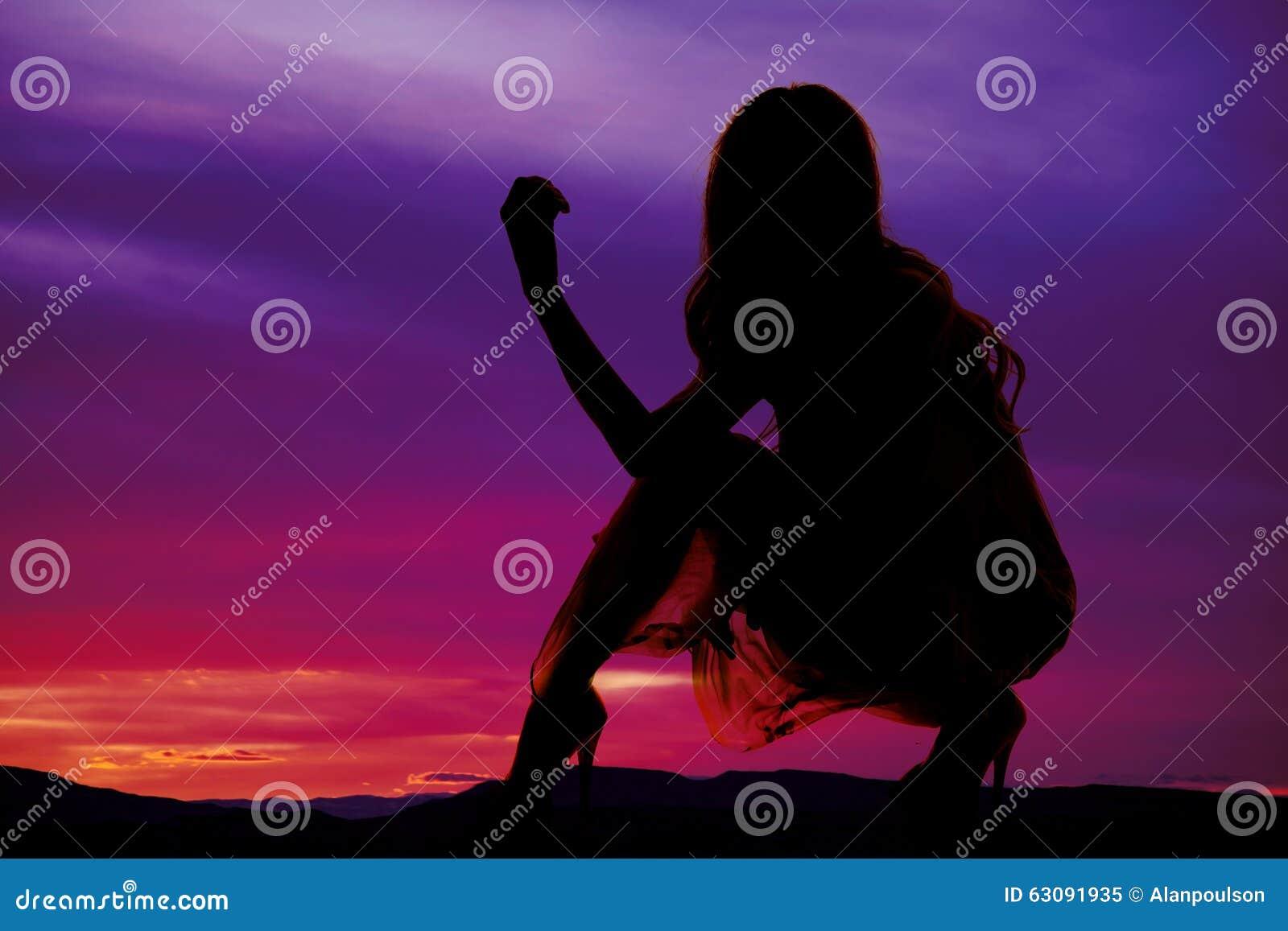 Download Silhouette D'une Femme Dans Une Robe En Bas D'un Genou Image stock - Image du fond, noir: 63091935