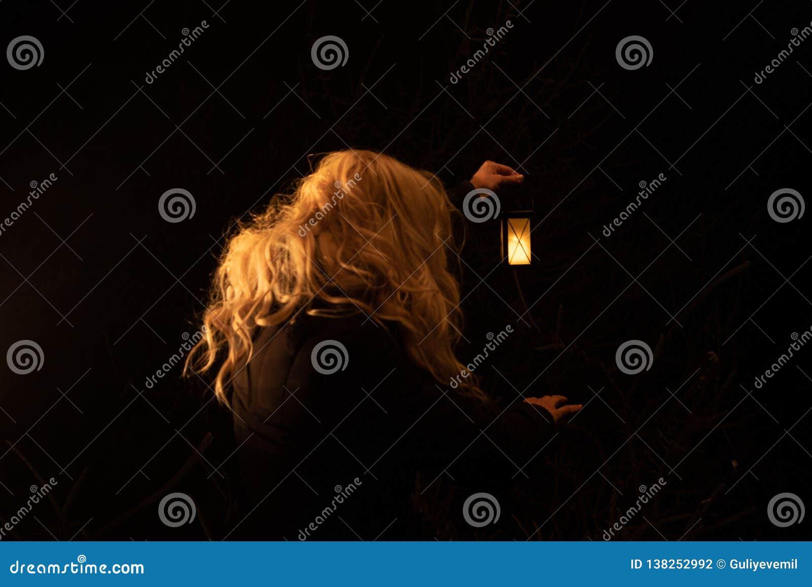 Silhouette d une lanterne de participation de femme pendant la nuit Scène effrayante