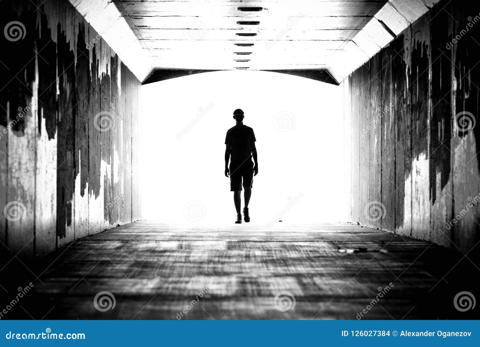 Silhouette d une personne dans le tunnel
