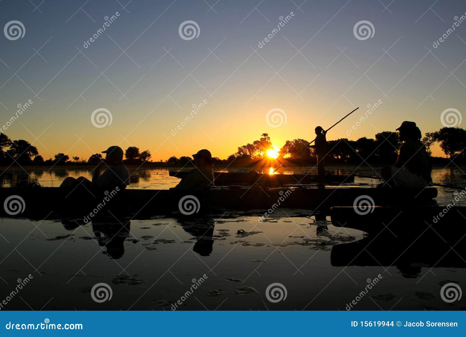 Silhouette de conduite de bateau de coucher du soleil