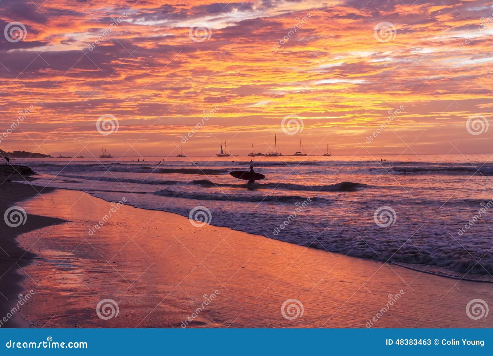Silhouette de coucher du soleil de planche de surf