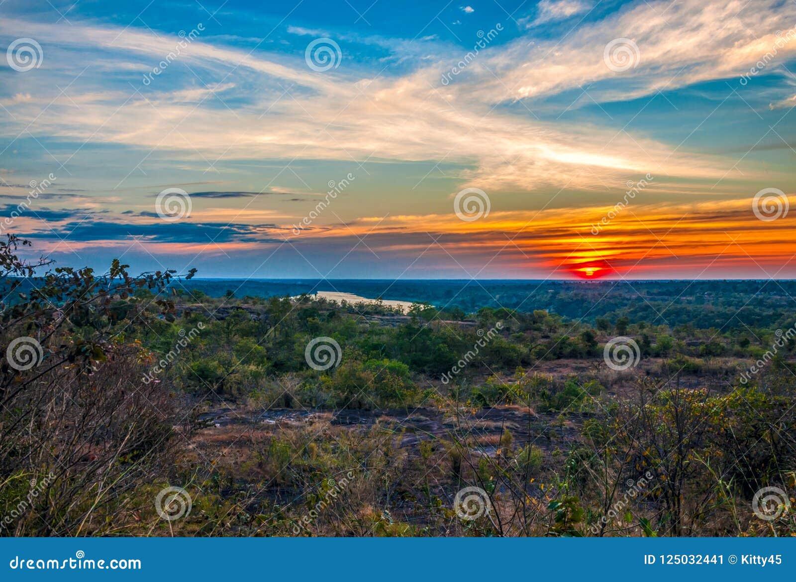 Silhouette de coucher du soleil de l atmosphère le soir