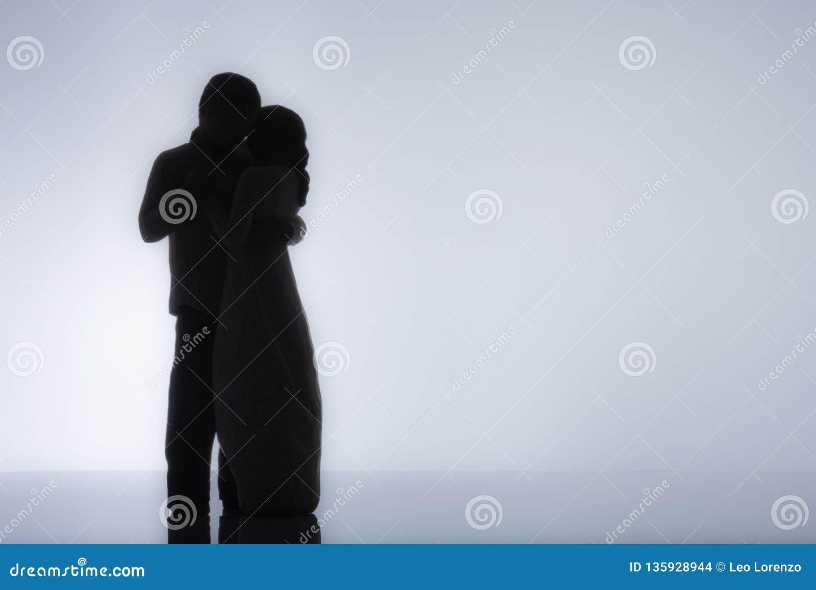Silhouette de danse lente de couples avec le fond blanc