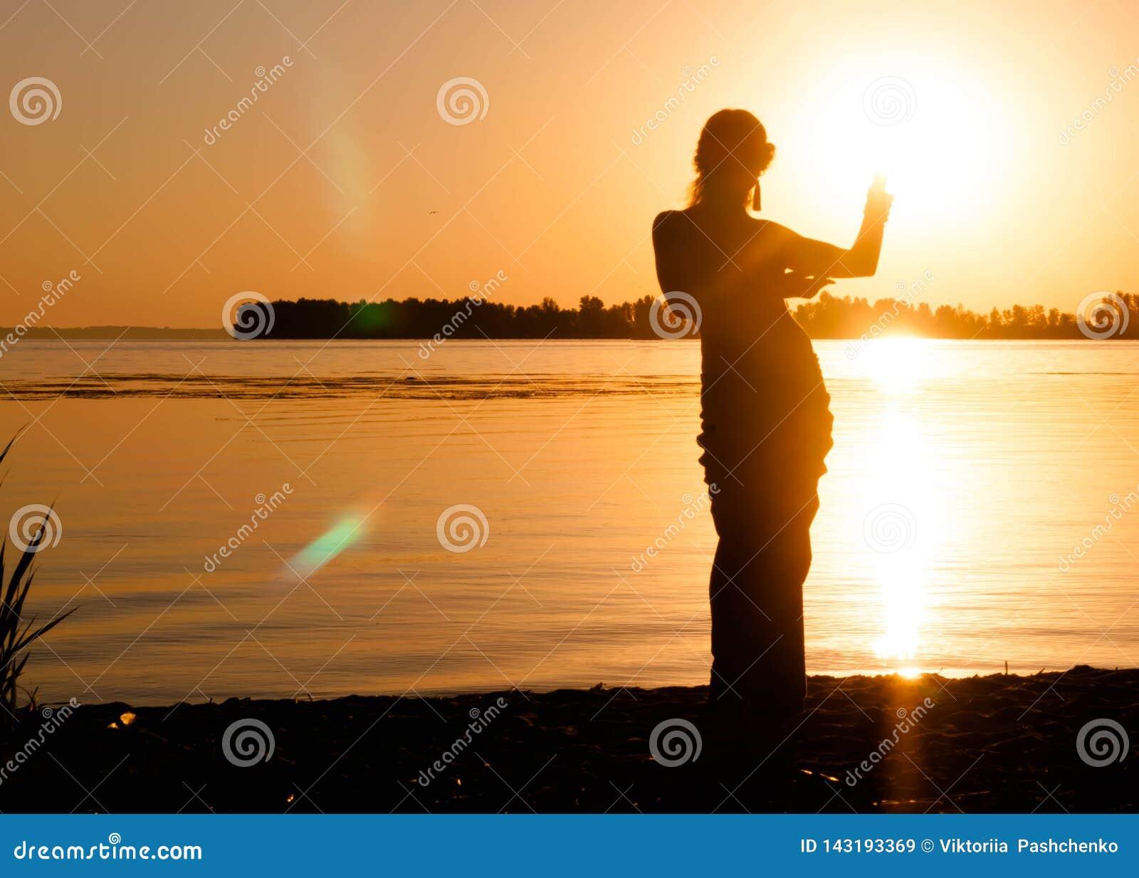 Silhouette de femme mince dansant la danse de ventre tribale traditionnelle