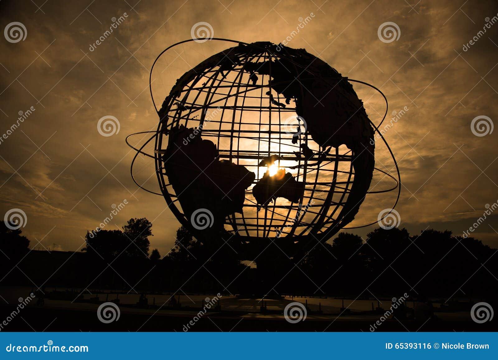 Silhouette de globe du monde au coucher du soleil