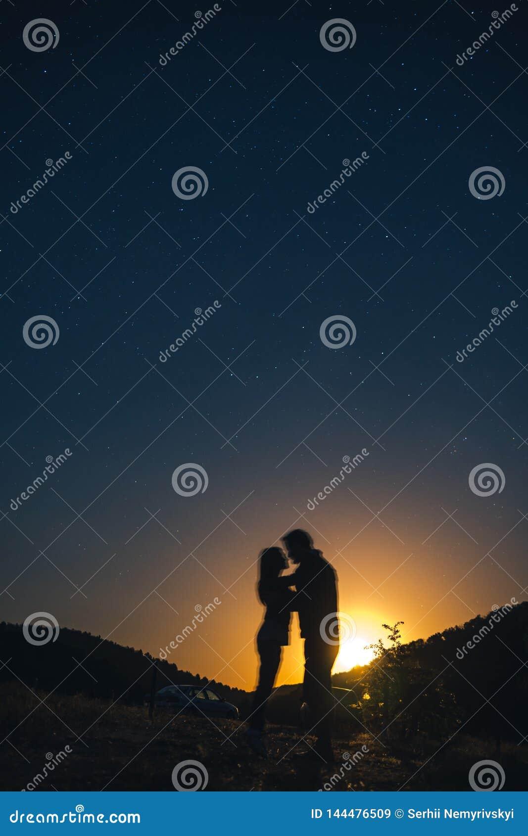 Silhouette de jeunes couples sous des ?toiles Le concept sur le th?me de l amour soir?e romantique ensemble, coucher du soleil, p