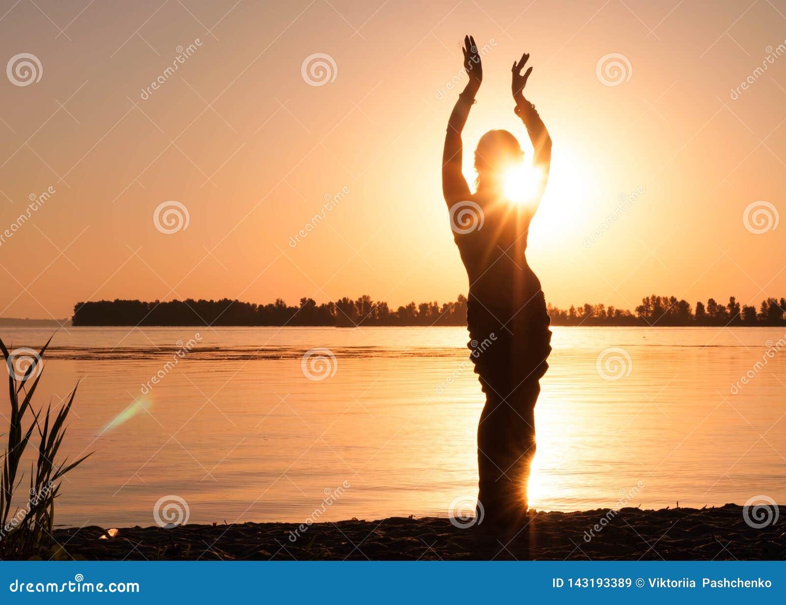Silhouette de la tradition de danse de femme trible