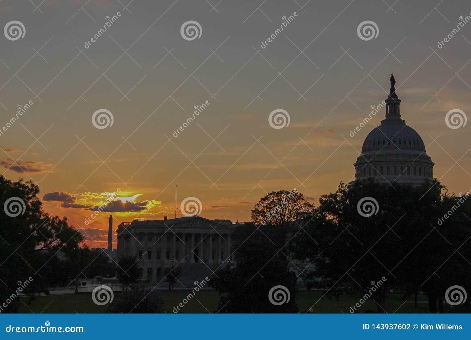 Silhouette de monument de Capitol Hill et de Washington au crépuscule