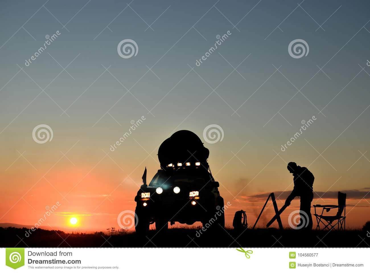 Silhouette de Person Camping With une voiture