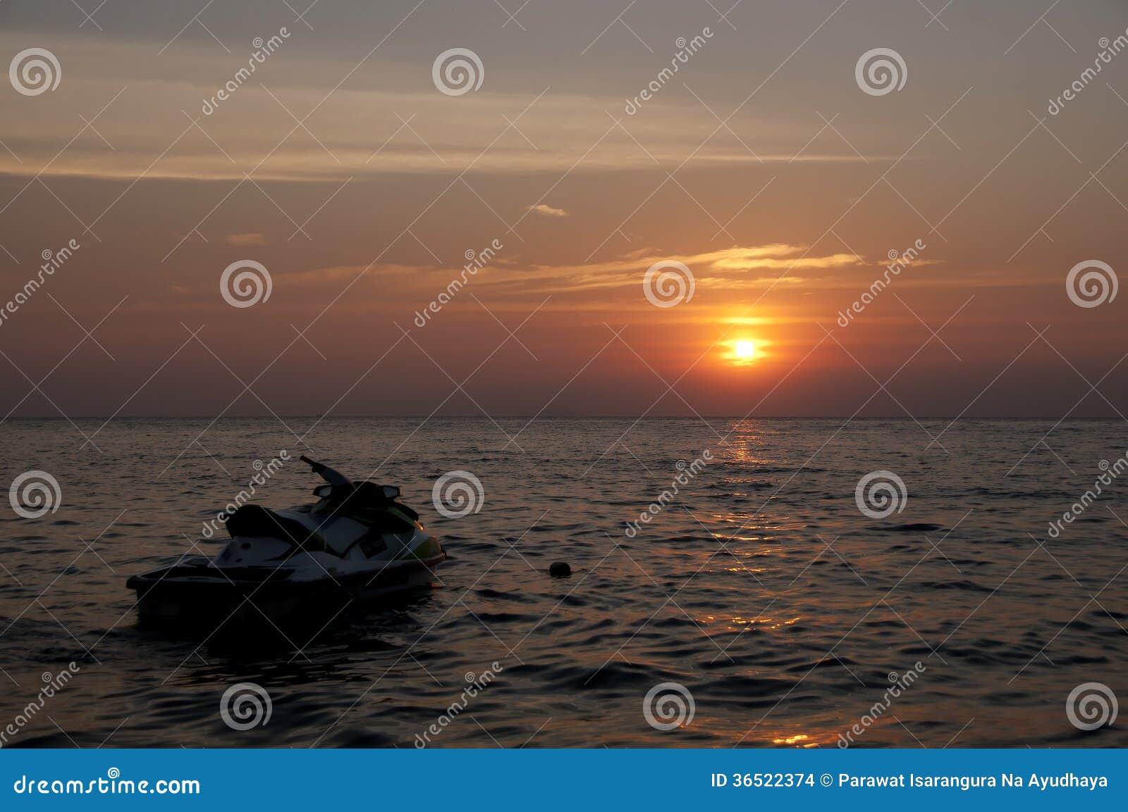 Silhouette de ski de jet dans le coucher du soleil.
