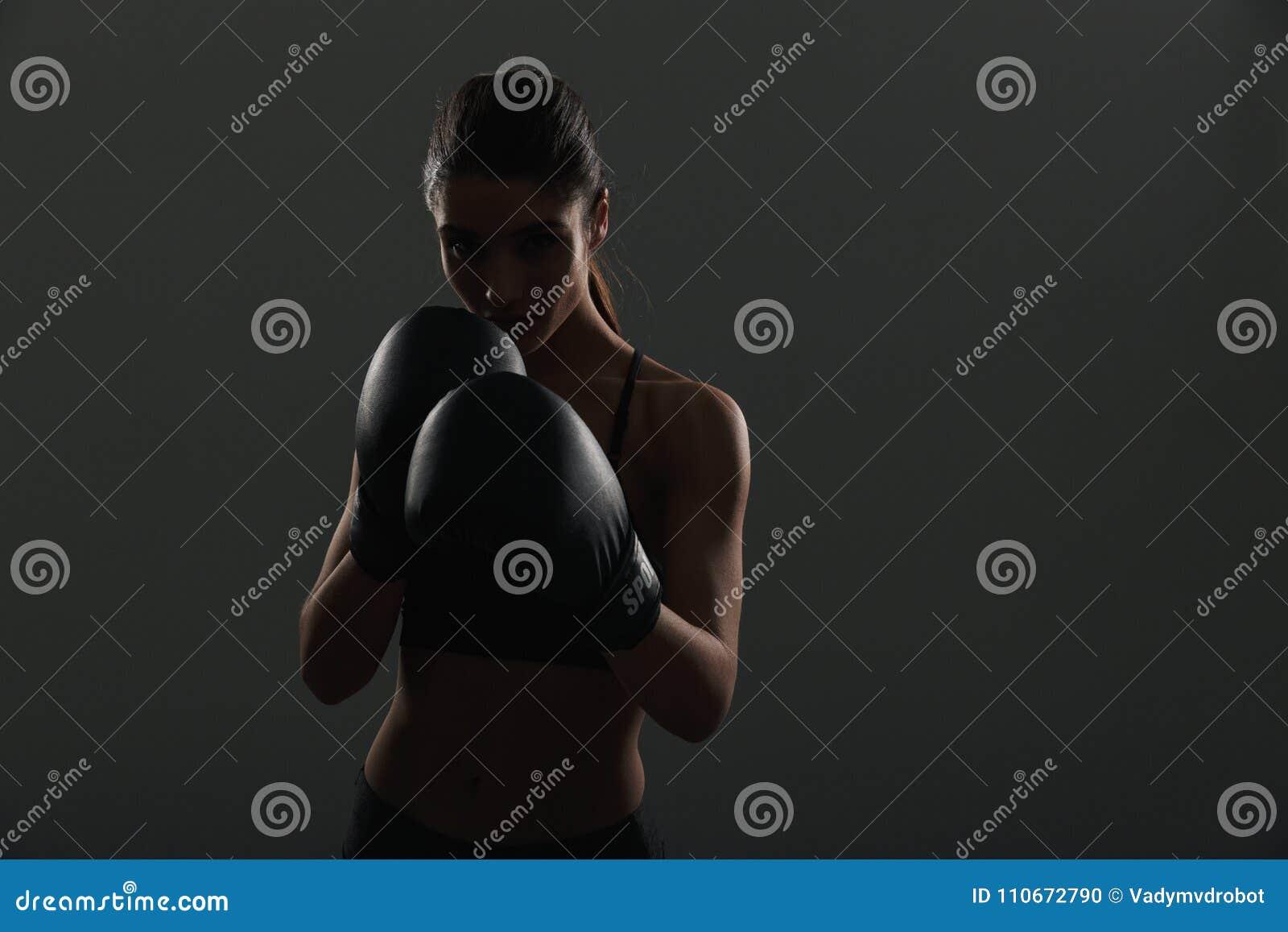 Silhouette de sportive de brune regardant et posant sur l appareil-photo