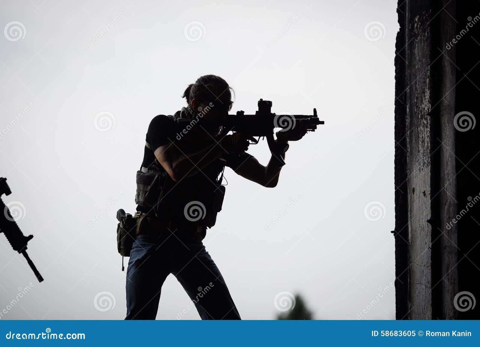 Silhouette de terroriste avec le fusil d assaut