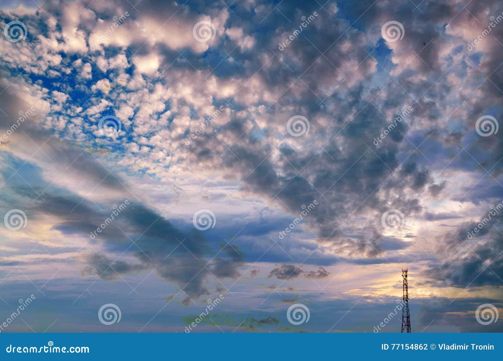 Silhouette de tour de téléphone portable sur un fond d un ciel orageux
