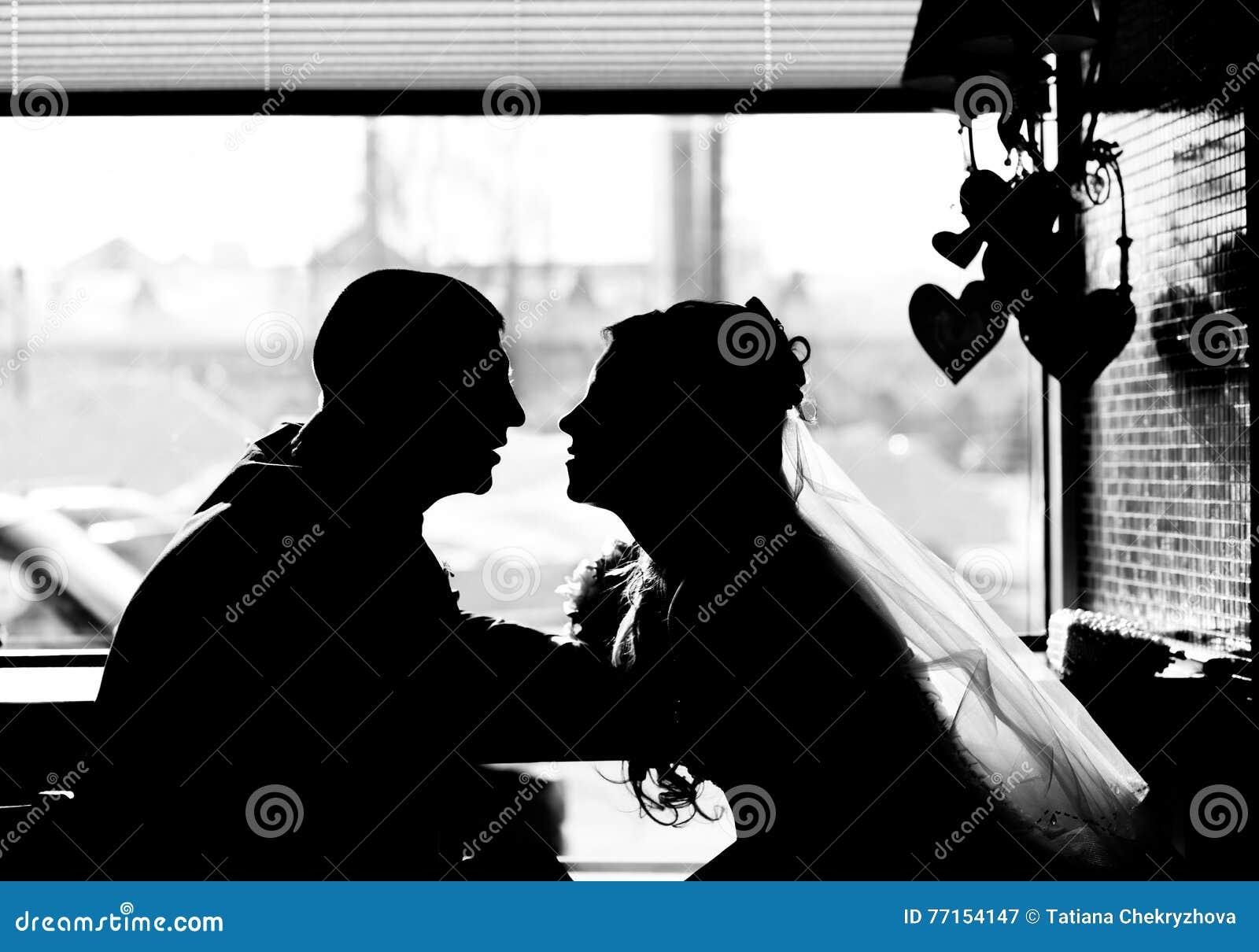 Silhouette des couples affectueux dans le café