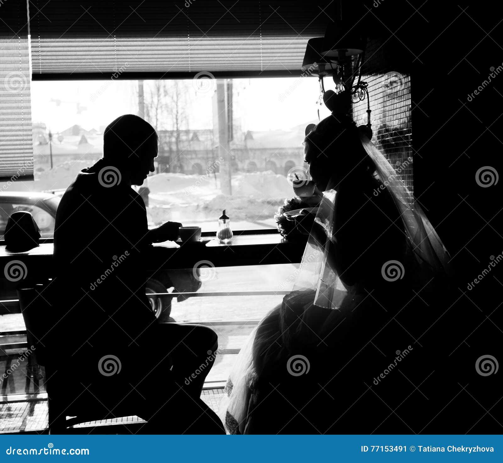 Silhouette des couples dans le café