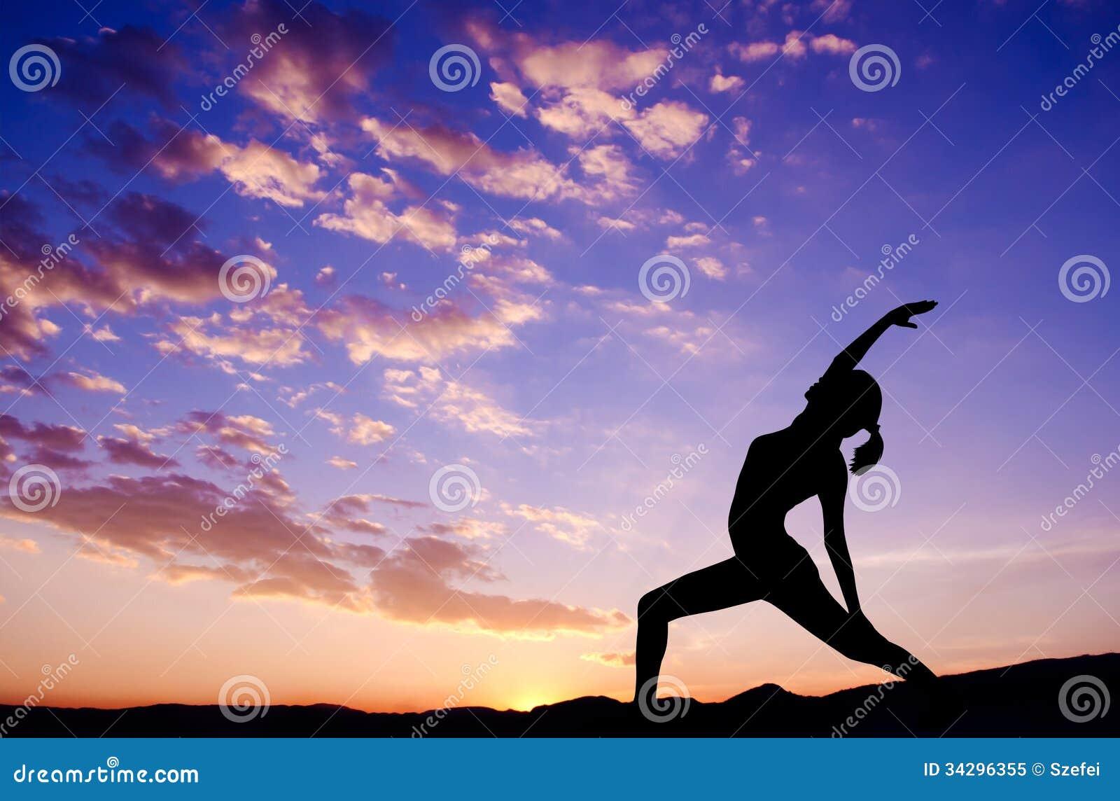 Silhouette extérieure de yoga de femme