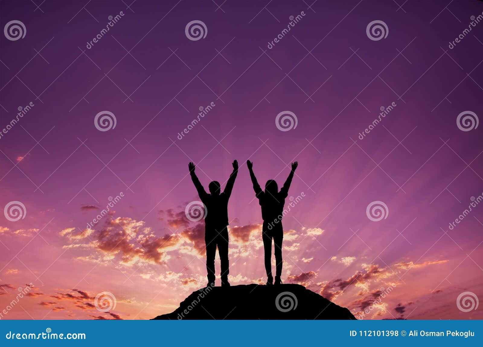 Silhouette, jeunes filles et hommes célébrant la victoire