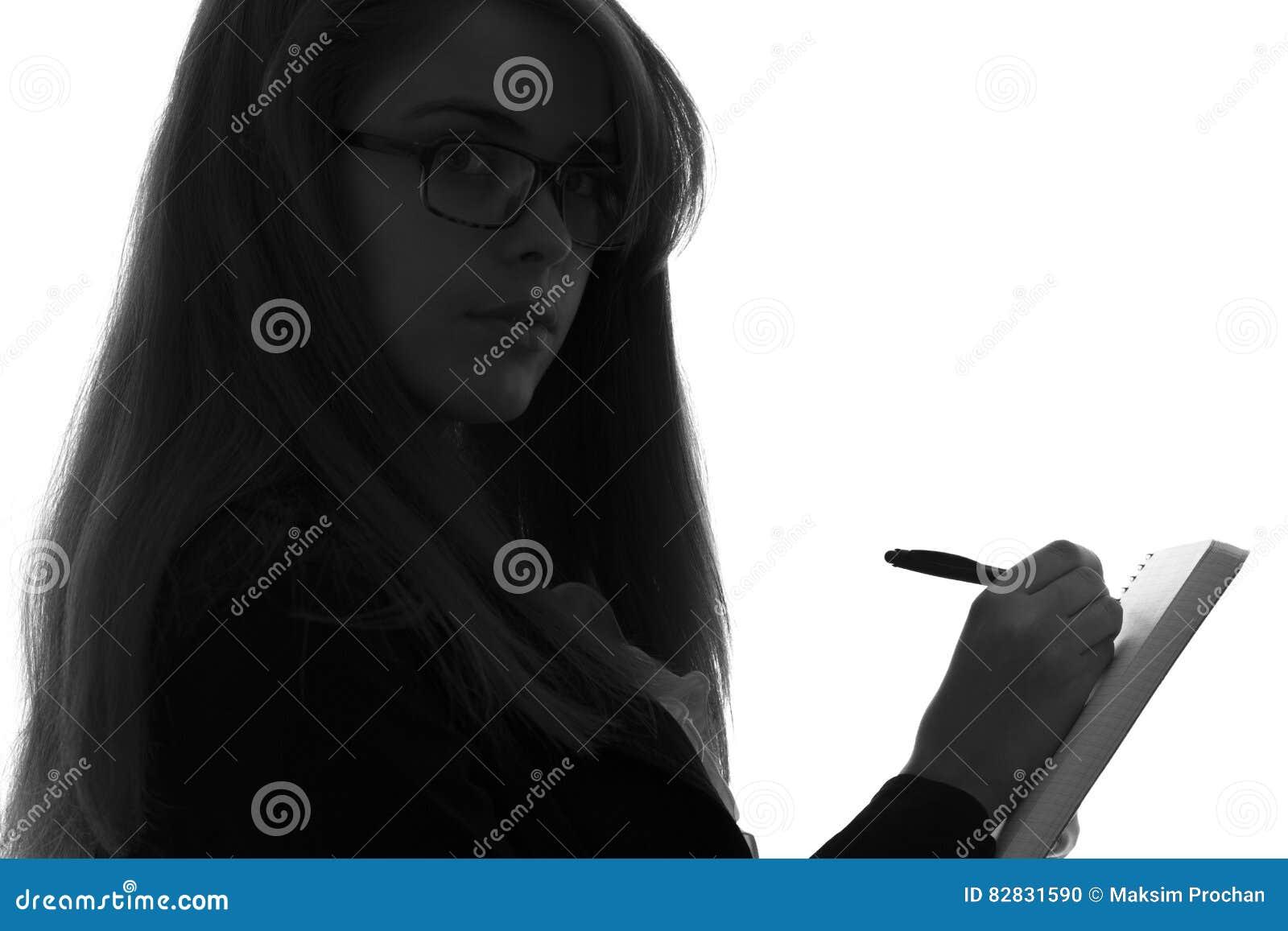 Silhouette noire et blanche dune femme travaillant dans un bureau