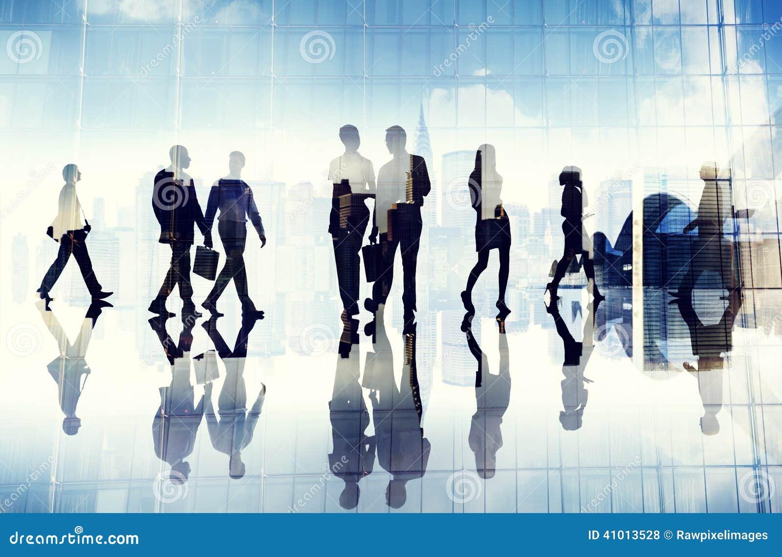Silhouetten van Bedrijfsmensen die binnen het Bureau lopen