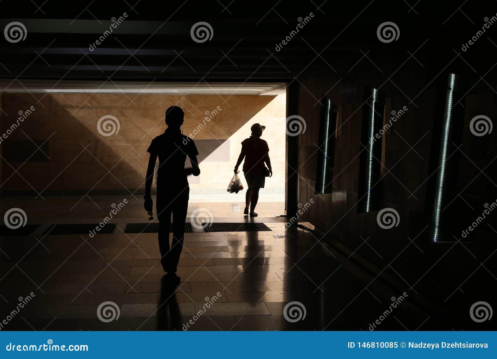 Silhouetten van een man en een vrouw
