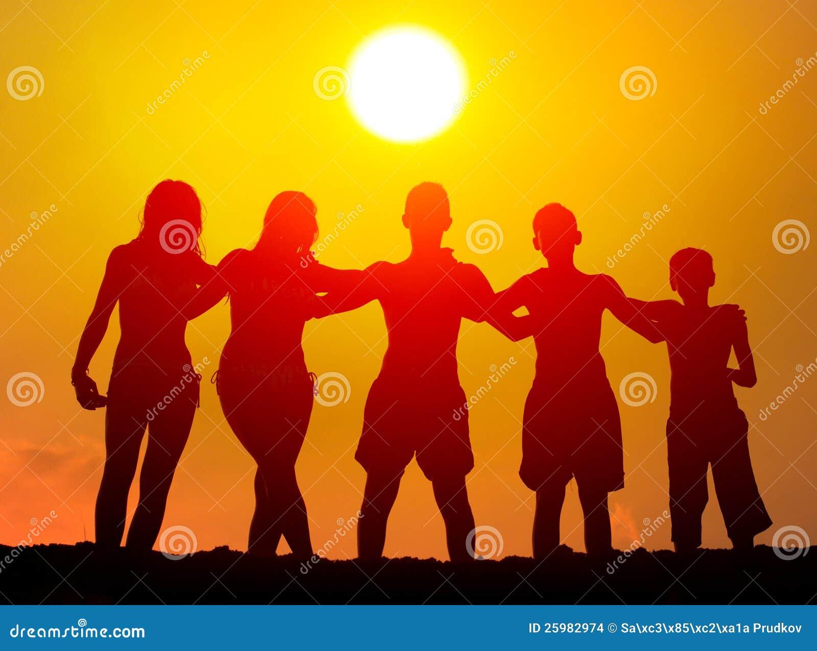 Silhouetten van jongens en meisjes die op het strand koesteren stock foto afbeelding 25982974 - Set van jongens en meisjes ...